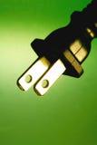 contre la fiche verte électrique de fond Images libres de droits