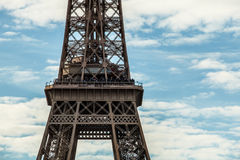 contre la tour bleue de ciel d'Eiffel Partie en gros plan Photo stock