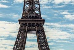 contre la tour bleue de ciel d'Eiffel Partie en gros plan Photos libres de droits
