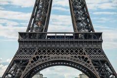 contre la tour bleue de ciel d'Eiffel Partie en gros plan Photo libre de droits