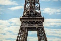 contre la tour bleue de ciel d'Eiffel Partie en gros plan Images libres de droits