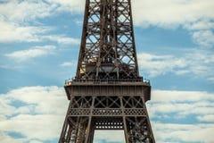 contre la tour bleue de ciel d'Eiffel Partie en gros plan Photos stock