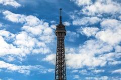 contre la tour bleue de ciel d'Eiffel Partie en gros plan Photographie stock