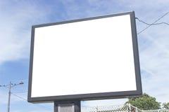 contre le ciel bleu de blanc de panneau-réclame Photographie stock