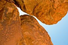 contre le ciel de roches image stock