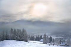 contre le ciel de rose de montagne neigeux Photo libre de droits