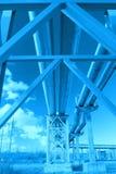 contre le ciel industriel bleu de canalisations Photographie stock libre de droits