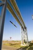 contre le ciel industriel bleu de canalisations Image stock