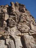 contre le ciel neuf bleu de rockface du Mexique Image libre de droits