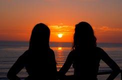 contre le coucher du soleil de silhouette de fille photo libre de droits