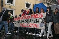 contre le grand dos d'école de réforme de protestations Images libres de droits