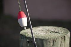 contre le poteau de penchement de pôle de pêche photos libres de droits