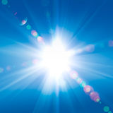 contre le soleil de ciel de rayons Image libre de droits