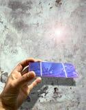 contre le vieux mur solaire de cellules Image libre de droits
