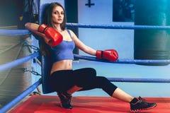 contre les jeunes debout de femme de fille bleue de boxe de fond Photos stock
