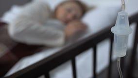 Contre- plan rapproché de baisse, patient féminin se situant dans le lit d'hôpital, thérapie et médecine banque de vidéos