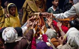 Contribución de Prasad durante la ceremonia de Ganga Aarti Imagen de archivo