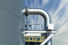 Contributo di tubo al serbatoio di acqua con il fondo del cielo della sfuocatura Fotografia Stock