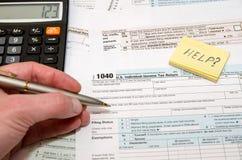 Contribuyente que rellena el impreso 1040 de impuesto de los E.E.U.U. Fotografía de archivo