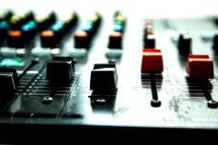 Contrôle de son par le DJ Photo libre de droits