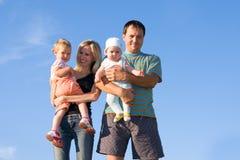 contro il cielo felice della famiglia Immagini Stock Libere da Diritti