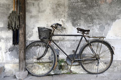 contro la casa della bici di legno Fotografia Stock Libera da Diritti