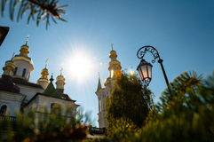 Contro la cupola del cielo blu della chiesa e di una torcia elettrica Fotografia Stock