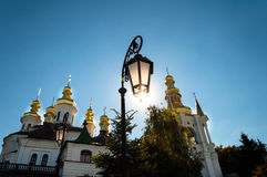 Contro la cupola del cielo blu della chiesa e di una torcia elettrica fotografia stock libera da diritti