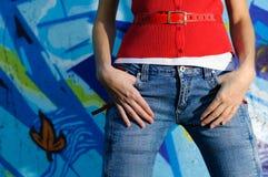 contro la parete dei graffiti della ragazza Fotografia Stock