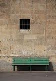 contro la parete di pietra di verde del banco Immagini Stock