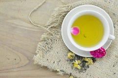 Contro la tazza invecchiante del tè del fiore, il più bene per bella pelle Fotografie Stock