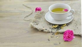 Contro la tazza invecchiante del tè del fiore, il più bene per bella pelle, dettaglio Fotografia Stock Libera da Diritti