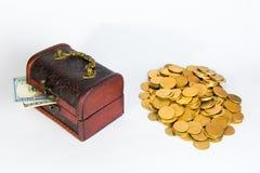 Contro le monete di oro e del dollaro su un fondo bianco fotografia stock