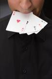 Control adulto del hombre blanco en tarjetas del as de la boca foto de archivo libre de regalías