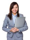 Control asiático de la empresaria con el ordenador portátil Imagenes de archivo