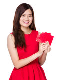 Control asiático de la mujer con el bolsillo rojo Foto de archivo