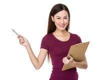 Control asiático de la mujer con el destacar del tablero y de pluma Fotos de archivo libres de regalías