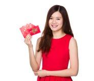Control asiático de la mujer con el dinero de la fortuna Fotografía de archivo libre de regalías