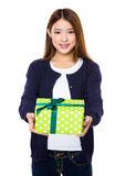 Control asiático de la mujer con el giftbox Fotos de archivo