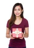 Control asiático de la mujer con el giftbox Imagen de archivo