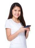 Control asiático de la mujer con el teléfono móvil Fotos de archivo