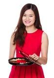 Control asiático de la mujer con la bandeja del bocado por Año Nuevo chino Imágenes de archivo libres de regalías