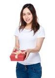Control asiático de la mujer con la caja de regalo Fotografía de archivo