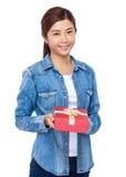Control asiático de la mujer con la caja de regalo roja Foto de archivo
