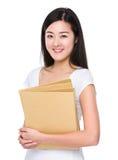 Control asiático de la mujer con la carpeta Imagen de archivo libre de regalías
