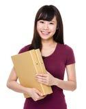 Control asiático de la mujer con la carpeta Imagen de archivo