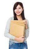 Control asiático de la mujer con la carpeta Imágenes de archivo libres de regalías
