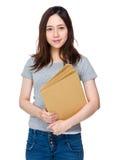Control asiático de la mujer con la carpeta Fotos de archivo libres de regalías
