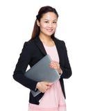 Control asiático de la mujer de negocios con el ordenador portátil Imagenes de archivo