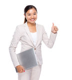 Control asiático de la mujer de negocios con el ordenador portátil y el pulgar para arriba Fotografía de archivo libre de regalías